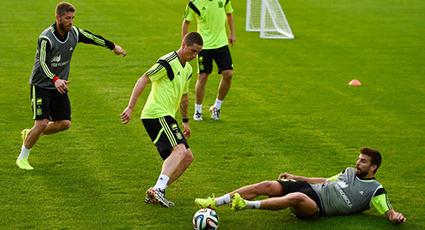 La Roja hace rodar el balón sobre el césped de la Ciudad Deportiva Caju