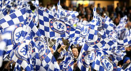 El líder mantiene el ritmo con una trabajada victoria en Stamford Bridge (2-0)