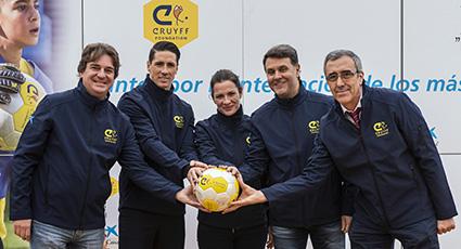 Fútbol y emociones para Torres al inaugurar un Cruyff Court en su colegio de Fuenlabrada
